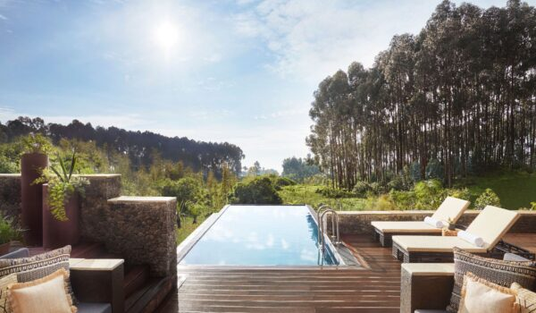 1OO_GorillasNest_Accomodation_Silverback_Suite_Pool_View_5722_MASTER-1